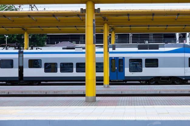 電車のある鉄道都市駅。ビジネスアイデア、コンセプト。