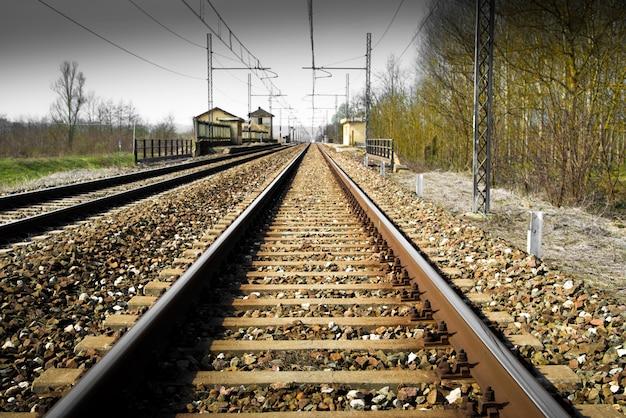 Железная дорога в загородном пейзаже