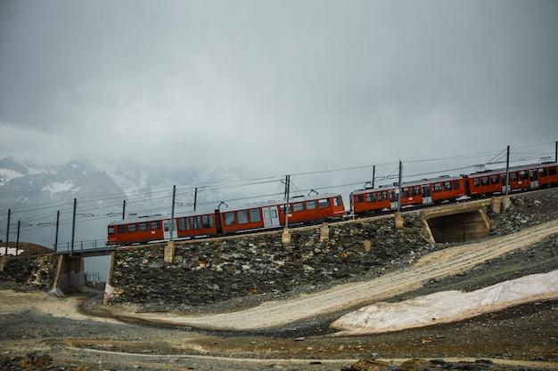 산속의 철도와 빨간 기차 스위스 체르마트 스위스 알프스 모험