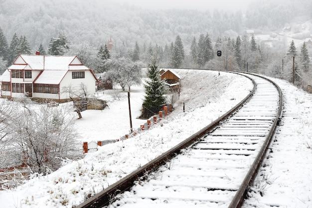 雪の中の鉄道。空の線路のある冬の風景