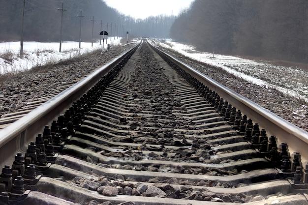 겨울에 철도입니다. 빈 레일입니다.