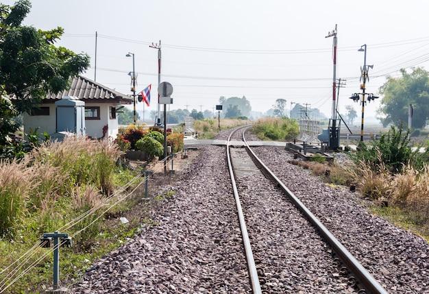 Железнодорожный перекресток с автоматическим шлагбаумом.