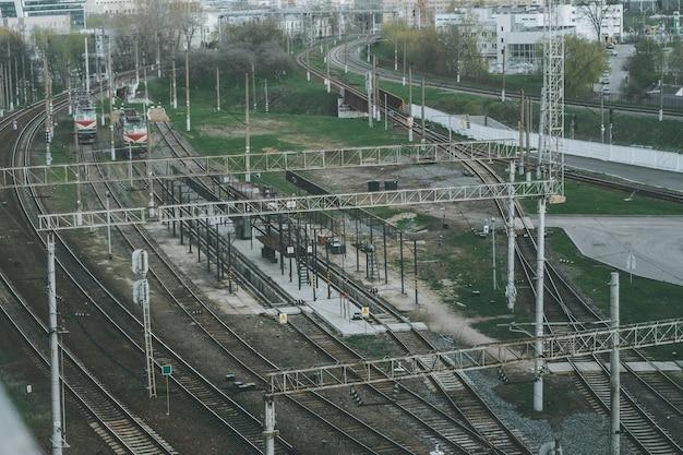 市内の鉄道駅の近くにある、多くの線路がある鉄道の交差点