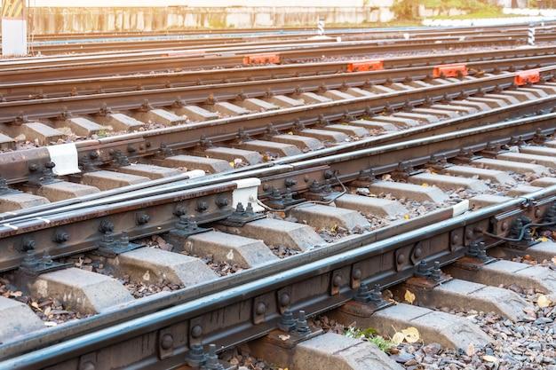 鉄道のレールがクローズアップ、矢と枕木。