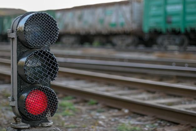 Железнодорожный семафор с горящей красной лампой