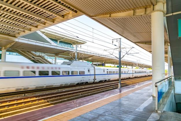 Железнодорожный вокзал высокоскоростной поезд и платформа