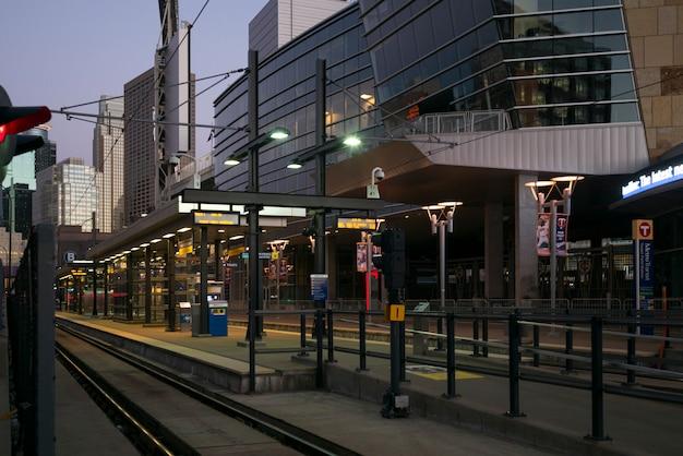 ミネアポリス、ダウンタウン、ミネアポリス、ヘネピン郡、ミシガン州の近代的なオフィスビルの中で鉄道駅のプラットフォーム