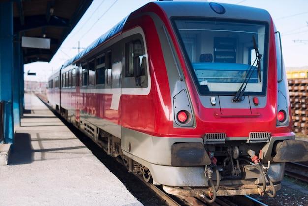 Железнодорожный вокзал с современным высокоскоростным поездом метро ждет пассажиров.