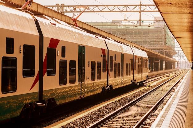Железнодорожный вокзал с поездом в риме, италия.