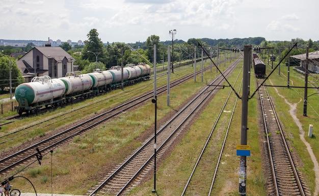 馬車と線路と列車のある鉄道駅、輸送システム。前進する道は鉄道です。近代的な鉄道インフラが再建されました。
