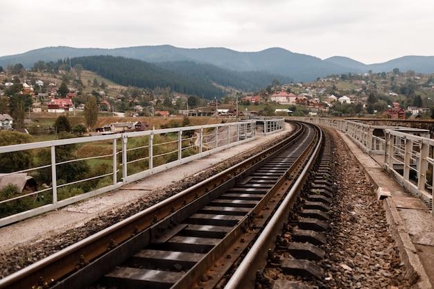 Железнодорожный путь в карпатах. железнодорожные шпалы