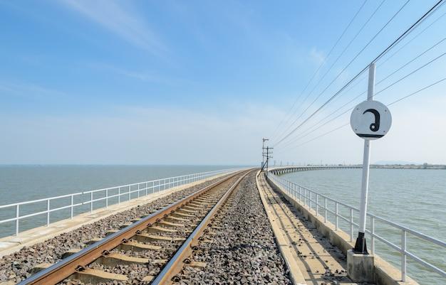 태국에서 호수 건너 철도 트랙 리드