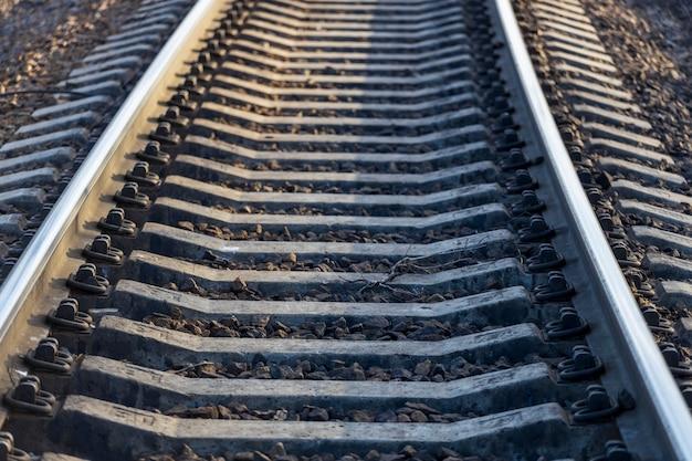 線路。レールトラックは、レール、枕木、留め具で構成されています。高品質の写真