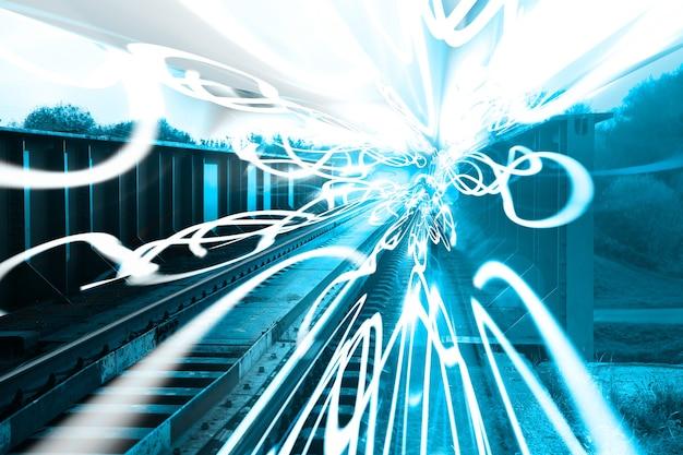 屋外の線路。フリーズライト効果。旅行のコンセプト。将来の技術。