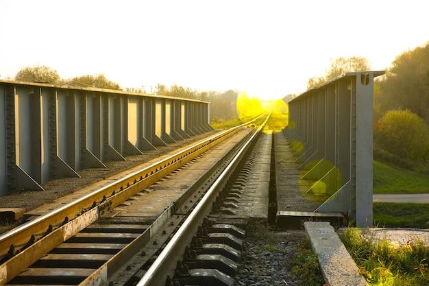 屋外の線路。旅行のコンセプト。