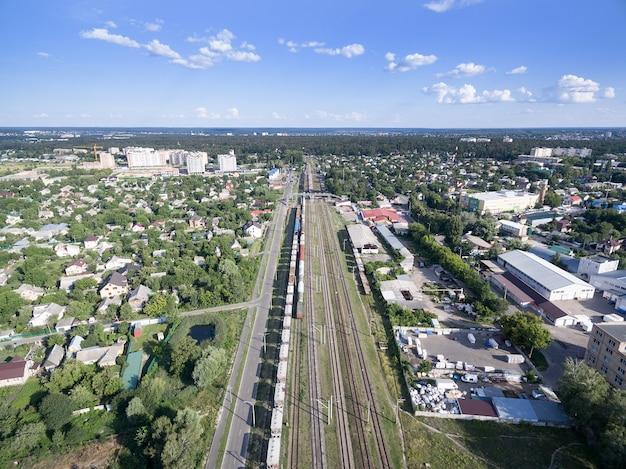 鉄道、貨車のある列車、上からの眺め