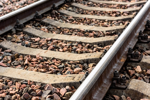 Железная дорога с электрическими сетями.