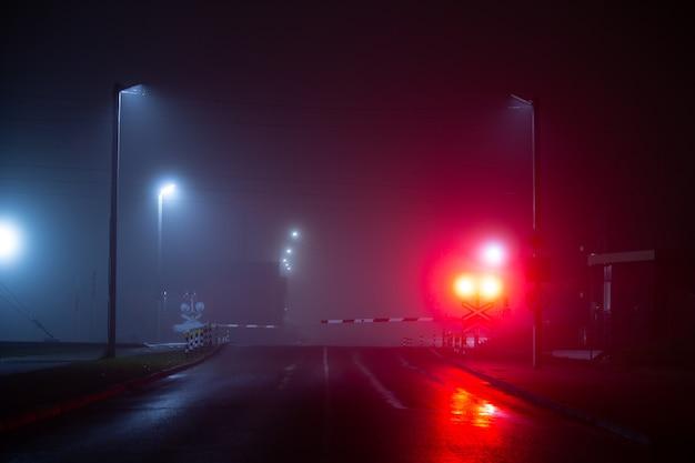 霧と雨の夜に横断する鉄道