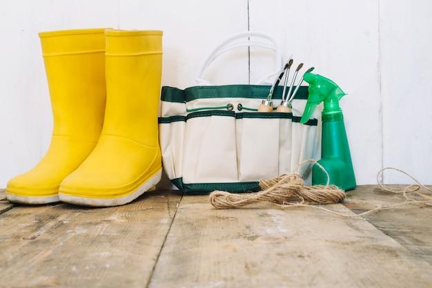 Дождевые сапоги и садовые инструменты