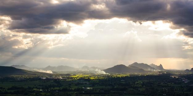 嵐の後の太陽光線と雨の雲