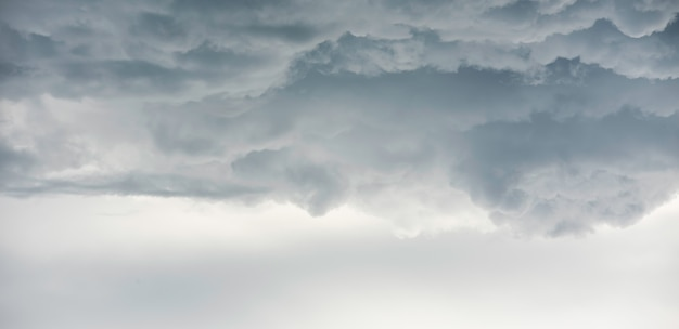 Дождевые облака фон. облака становятся темно-серыми, как большой дым перед дождем
