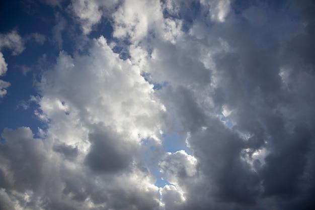 空に雨雲 Premium写真