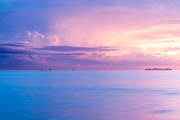 夏の美しい熱帯のビーチの海の上の雨の雲
