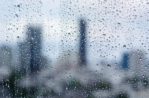몬순 시즌에는 낮 시간에 유리창에 비가 내리며 도시 건물 배경이 흐릿합니다.