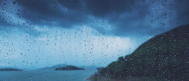 자동 유리에 빗방울