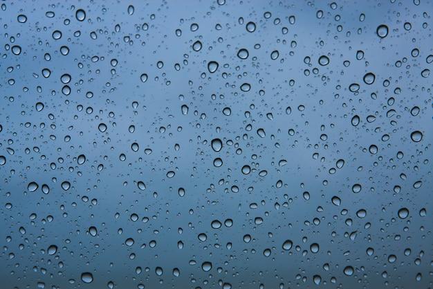 Капли дождя на фоне ламината
