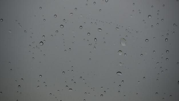 유리에 비가 떨어진다. 강화 유리의 색