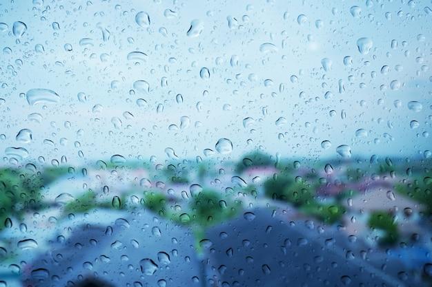 ガラス面に雨が降ります。