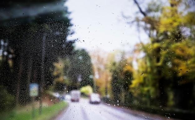 Эффект дождя на фоне дороги