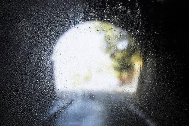 トンネルの背景に対する雨の影響