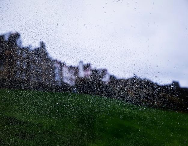 Эффект дождя на фоне города