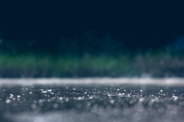 Дождь падает на землю в сезон дождей.