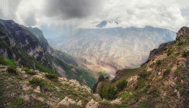 山に雨が降る。コーカサス山脈の変わりやすい天気。全景。ダゲスタン共和国のスラクキャニオン。