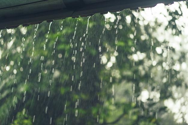 빌라 창문 밖에서 비가 내립니다.