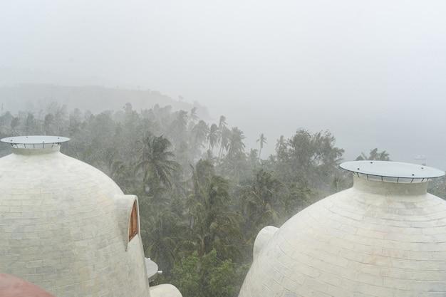 梅雨。夏の悪天候に苦しむ風光明媚な村のホリデーリゾート