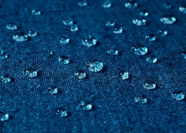 青い防水布に雨水滴。