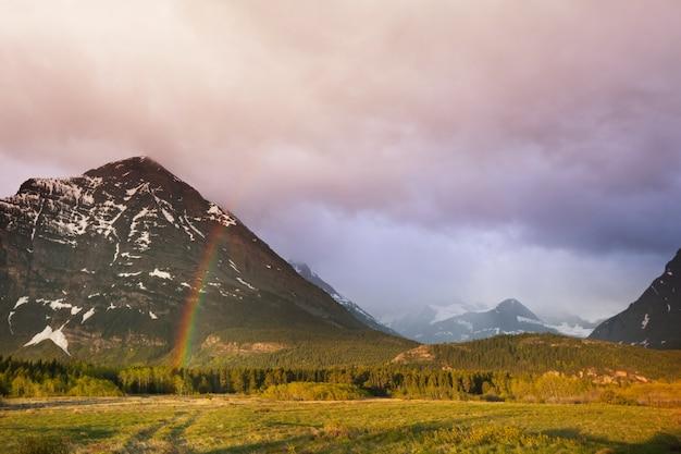 山の上の虹。美しい自然の風景。