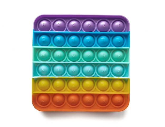 子供のためのレインボーアンチストレスフィンガープッシュおもちゃは、白い背景で隔離されてポップします。