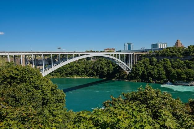 Радужный мост на границе канады и сша