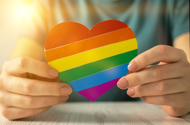 하트 모양의 무지개 색 깃발, lgbt 프라이드 월의 상징, 게이, 레즈비언, 양성애자 및 트랜스젠더 커뮤니티, 인권 개념 사진
