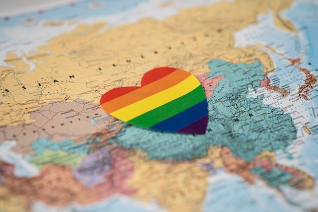 オーストラリアの地球儀の世界地図上の虹色のハート