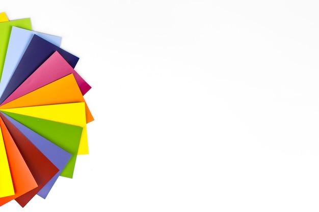 白のレインボーカラーパレット。 rgb。 cmyk。デザイナーのカラーチャートスペクトル。