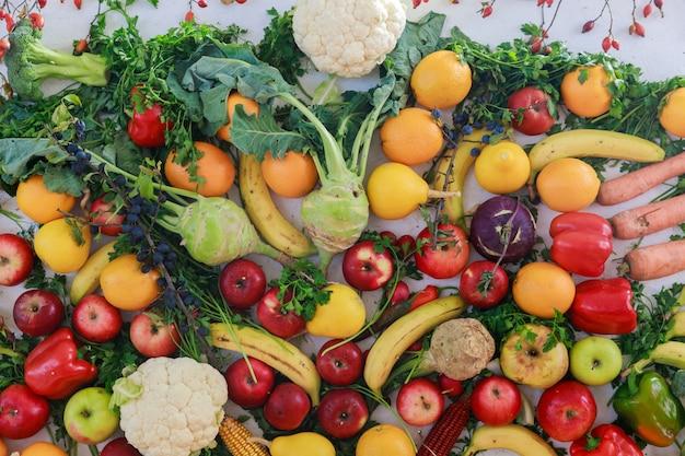 レインボーは果物や野菜を白いテーブルに彩りました。ジュースと感謝の日のコンセプト。