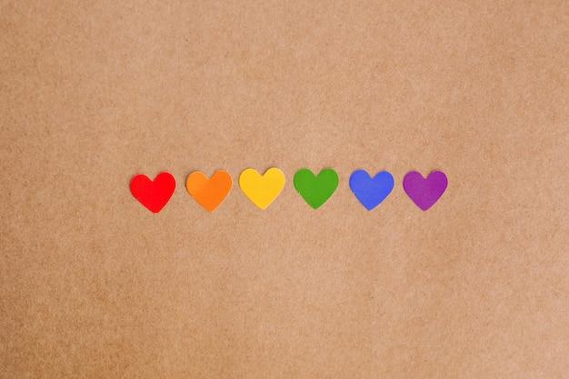 Радуга цветные сердца на фоне крафт-бумаги. концепция лгбт.