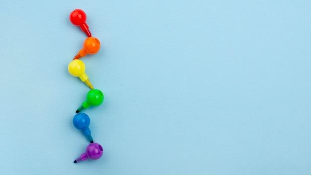 Colori arcobaleno per pennarelli con copia-spazio