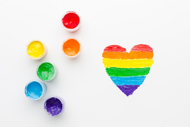 Радужные контейнеры с краской для гордости любви